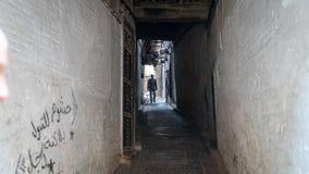 Anonimowy mężczyzna w ulicie Medina fez, Maroko zdjęcia royalty free