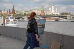 Anonimowy młody żeński obrazu artysta przy pracy plein powietrza Moskwa krajobrazem Zdjęcia Royalty Free