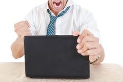 Anonimowy młody biznesmen przygotowywający roztrzaskiwać jego laptop z pięścią zdjęcia royalty free