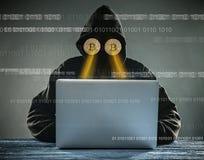 Anonimowy osoby obsiadanie za laptopem ma złocistych bitcoins zamiast oczu fotografia royalty free