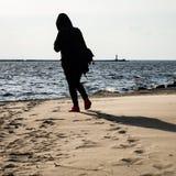 anonimowy osoby odprowadzenie na piasku przy wietrzną plażą zdjęcie royalty free