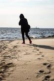 anonimowy osoby odprowadzenie na piasku przy wietrzną plażą obrazy stock