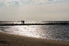 anonimowy osoby odprowadzenie na piasku przy wietrzną plażą fotografia stock