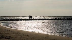 anonimowy osoby odprowadzenie na piasku przy wietrzną plażą obraz stock