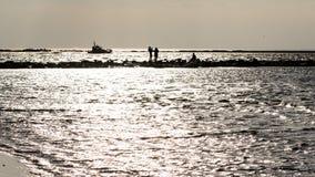 anonimowy osoby odprowadzenie na piasku przy wietrzną plażą fotografia royalty free