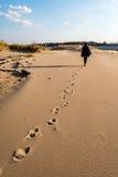 anonimowy osoby odprowadzenie na piasku przy wietrzną plażą obrazy royalty free