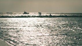 anonimowy osoby odprowadzenie na piasku przy wietrzną plażą - rocznika effe zdjęcia royalty free