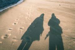 anonimowy osoby odprowadzenie na piasku przy wietrzną plażą - rocznika effe obraz stock