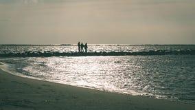 anonimowy osoby odprowadzenie na piasku przy wietrzną plażą - rocznika effe fotografia stock