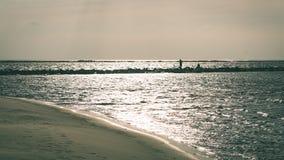 anonimowy osoby odprowadzenie na piasku przy wietrzną plażą - rocznika effe zdjęcie royalty free