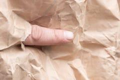 Anonimowy palec drzał opakunkowego papier zdjęcie royalty free