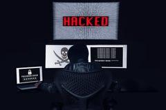 Anonimowy siekać z 3 monitorami i dostawać hasło th zdjęcie stock