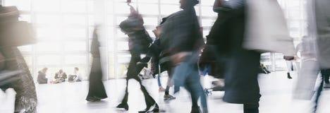 Anonimowy tłum ludzie chodzi na centrum biznesu zdjęcie stock