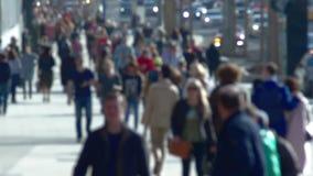 Anonimowy tłum ludzie chodzi na ulicznym zwolnionym tempie zbiory