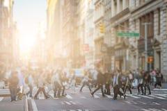 Anonimowy tłum ludzie chodzi przez skrzyżowanie w SoH obraz stock