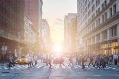 Anonimowy tłum ludzie krzyżuje skrzyżowanie na ruchliwie Miasto Nowy Jork zdjęcia royalty free