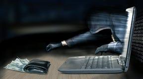 Anonimowy złodziej - hacker kraść pieniądze od laptopu obraz stock