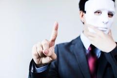 Anonym affärsman i maskeringsnederlaget själv som trycker på på den faktiska skärmen arkivfoton