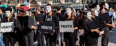 Anonym für den stummen Protest in Paris lizenzfreies stockbild