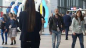 Anonym folkmassa av att gå businesspeople stock video