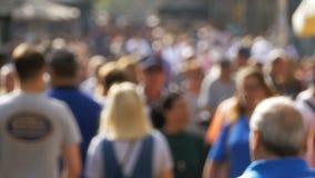Anonym folkmassa av folk som går på stadsgatan i en suddighet långsam rörelse stock video