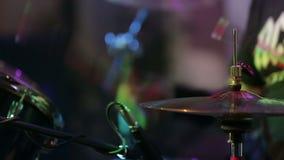 Anonym handelsresande Drumming på etapp stock video