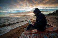 Anonym im Internet Der einzelner Programmierer oder Hacker, die an den Inseln arbeiten, setzen auf den Strand lizenzfreie stockbilder