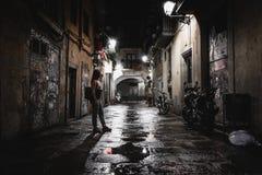 Anonym kvinna på den mörka gatan på natten royaltyfri foto