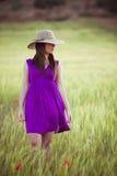 Anonym kvinna på fält Arkivfoto
