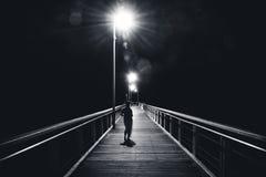 Anonym kvinna som går på bron royaltyfria foton