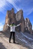 Anonym kvinnlig fotvandrare med lyftta armar härligt berglandskap dolomites maxima tre italy royaltyfri bild