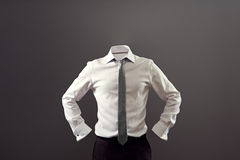 Anonym man i vitskjorta- och svartbyxa Royaltyfri Foto