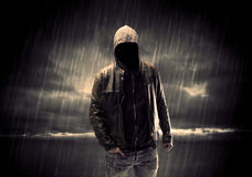 Anonym terrorist i hoodie på natten Royaltyfria Foton