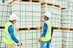 Anonyma byggnadsinspektörer som ser material royaltyfri bild