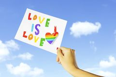 Anonyme Frau mit LGBT-Ikone Lizenzfreie Stockfotos