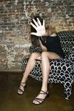 Anonyme Frau mit Mobiltelefon Lizenzfreie Stockbilder