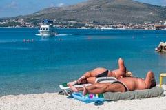 Anonyme, größere ein Sonnenbad nehmende Körper Stockfotografie
