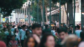 Anonyme Menge von den Leuten, die auf Stadt-Straße in der Unschärfe gehen Langsame Bewegung stock footage