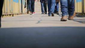 Anonyme Menge von den Leuten, die auf die Stadtstraße nach Hause nach der Arbeit austauscht gehen städtischer Geschäftslebensstil stock video
