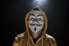 Anonymer Aktivistenhacker mit Maskenatelieraufnahme Stockbild