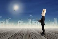 Anonymer Geschäftsmann mit Glühlampe Lizenzfreies Stockfoto