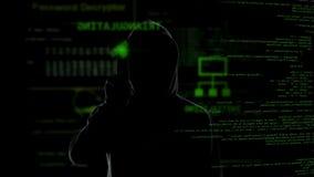 Anonymer Hacker, der den virtuellen Schirm, geheime Daten stehlend klaut und in einer Liste verzeichnet stock video footage
