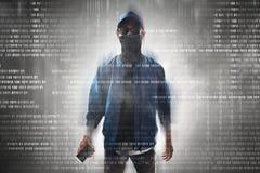 Anonymer Hacker, der Handy hält Stockbild