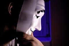 Anonymer Hacker mit Maske stockbild