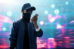Anonymer Hackergebrauchshandy Lizenzfreie Stockbilder