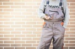 Anonymer Heimwerker mit Handy, 24/7 Hilfskonzept Stockfotografie