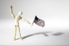 Anonymer patriotischer Amerikaner, der eine USA-Flagge wellenartig bewegt Stockfotografie