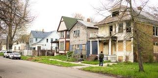 Anonymer Person Walks Sidewalk Derelict Abandoned bringt Detroit unter Lizenzfreie Stockfotos