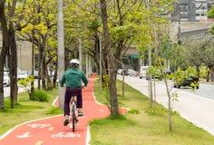 Anonymer Radfahrer fährt auf den bycicle Weg rad Stockfotos