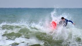 Anonymer Surfer k?mpft st?rmisches Mittelmeer lizenzfreies stockfoto